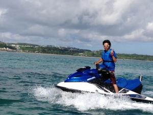 沖縄のきれいな海でジェットスキーをしましょう^^